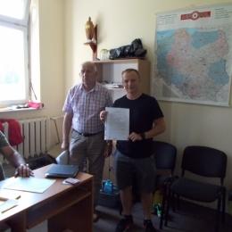 Wręczenie umowy p. Pawłowi Pietrzakowi, pierwszemu trenerowi drużyny seniorów