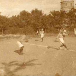 Mecz na boisku, w tle nieistniejąca cerkiew (lata 20-te XX w.) Ze zbiorów Muzeum w Łęczycy.