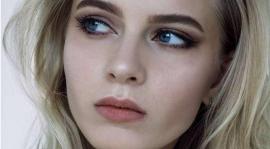 女孩不使用眼霜使皮膚變老